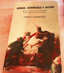 Armas Gérmenes y Acero. Breve historia de la humanidad en los últimos 13 mil años.<br /> Jared Diamond. Ensayo. Publicado en 1997.<br /> Traducción de Fabián Chueca<br /> Ed DEBOLSILLO 2013.